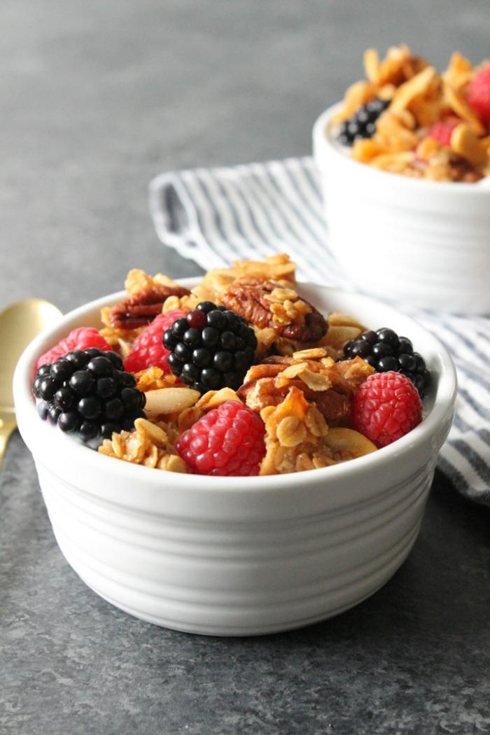 copos de avena desayuno saludables, frambuesas, moras, nueces y copos de avenas con yogur