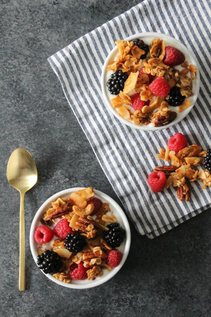 ideas de copos de avena desayuno, propuestas de desayuno saludable, frambuesas, moras y nueces