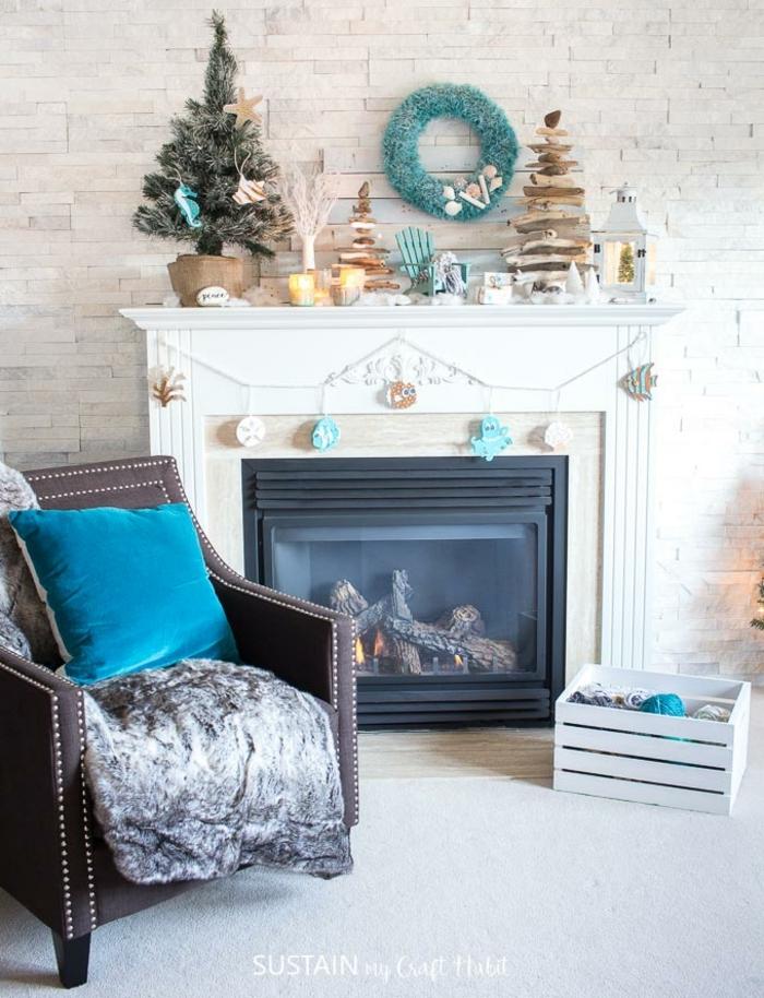 chimeneas navideñas decoradas con mucho estilo, como decorar el salón en Navidad, salón decorado en beige con toques de color