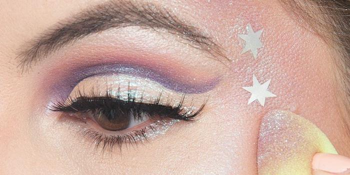 pequeños detalles en los ojos, maquillaje bruja halloween paso a paso, bonito maquillaje para hacer en casa