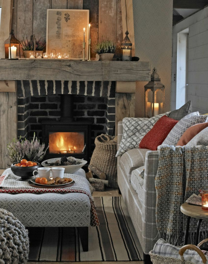 ideas de decoración de chimeneas navideñas, salón decorado en beige y gris, ambientes rústicos de encanto