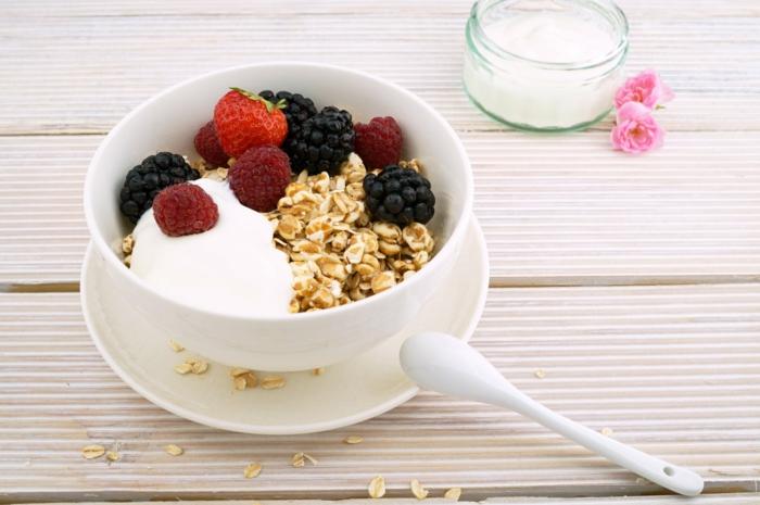 ideas faciles copos de avena desayuno, copos de avena con yogur griego, fresas, frambuesas y moras