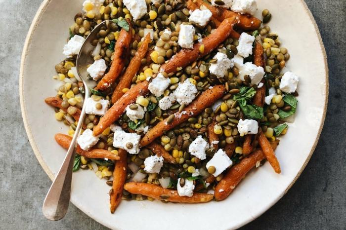 ensalada nutritiva llena de vitamines, calabaza al horno con trozos de queso blanco, lentejas y maíz