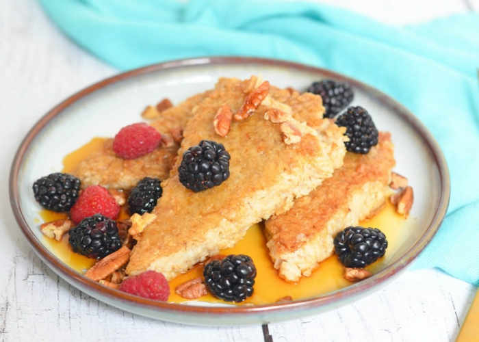 tortitas de copos de avena super ricas adornadas de moras y frambuesas con miel, ideas de desayunos saludables