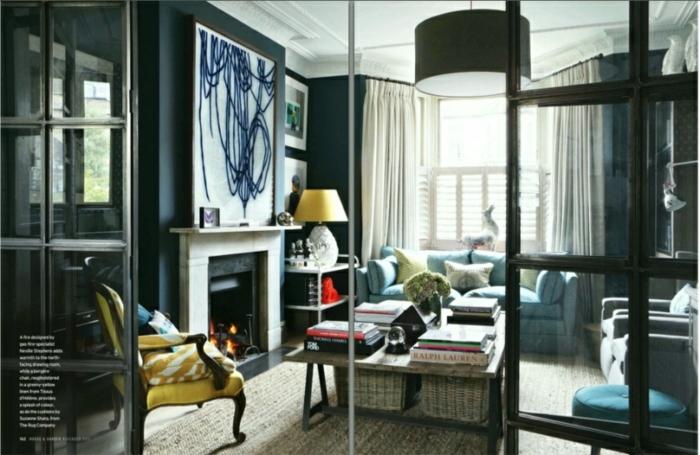 salón moderno con muebles en estilo vintage, chimenea de leña, decoración en beige, azul y color mostaza