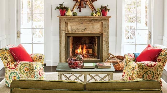 preciosas chimeneas navideñas, salón moderno con detalles en estilo vintage, decoración navideña en verde y rojo