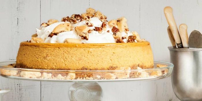 tarta de calabaza y queso, preciosa tarta adornada de nata y frutas, ideas de postres para el día de Halloween