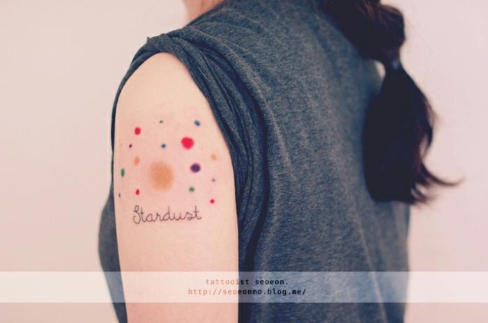 ideas de tatuajes pequeños para mujeres, tatuajes con letras de encanto, ideas de tatuajes en el hombro