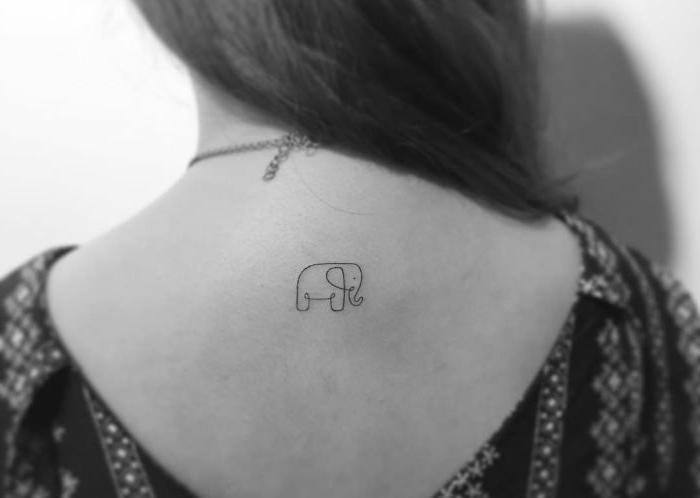 pequeño elefante tatuado en la espalda, ideas de tatuajes simbólicos con animales, tattoo con una sola línea contínua