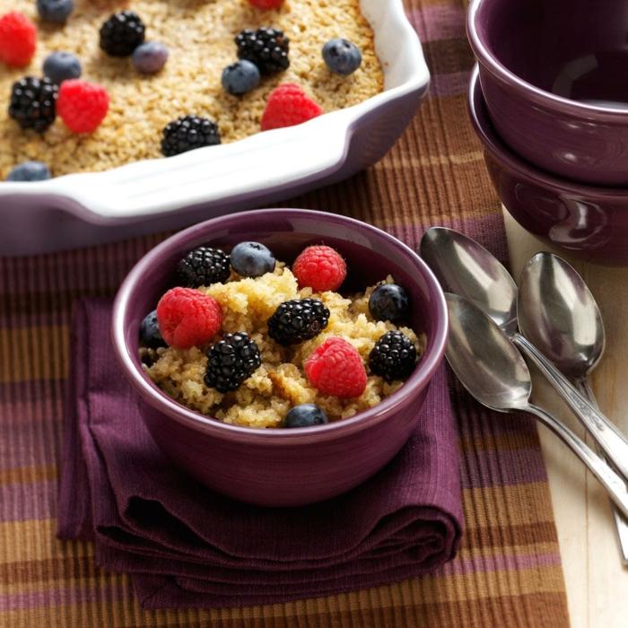 porridge receta super fácil de hacer adornado de frutas de estación, frambuesas, moras y arándanos