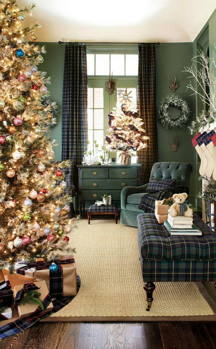bonitas propuestas de arboles navideños decorados, salón de diseño decorado en estilo vintage, muebles en verde