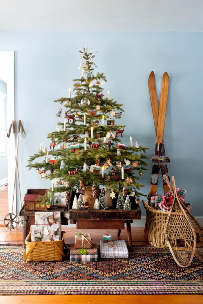 arboles navideños decorados en imágines, ambiente en estilo rústico con muebles vintage y cestas de mimbre