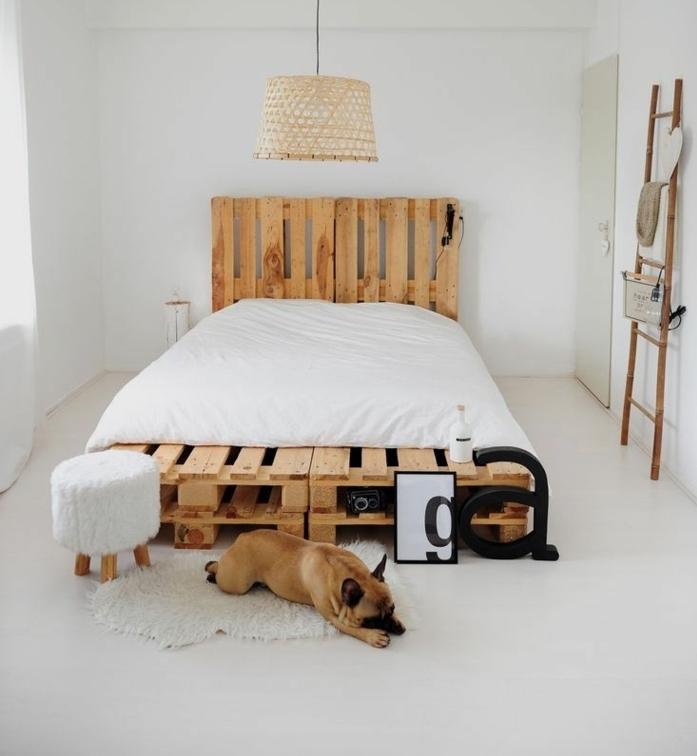 bonitas ideas de camas con palets, dormitorio moderno decorado en estilo nordico con cama DIY hecha con palets