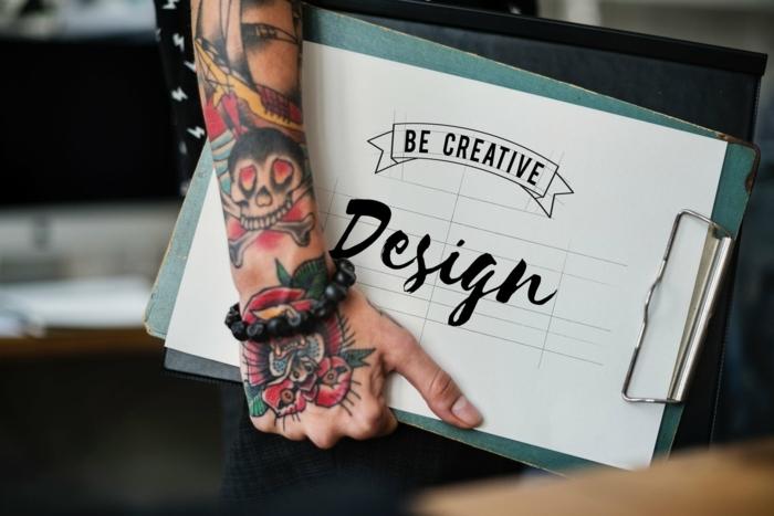 ideas de tatuajes old school para hombres, diseños inspirados en símbolos nostálgicos, tatuajes calaveras