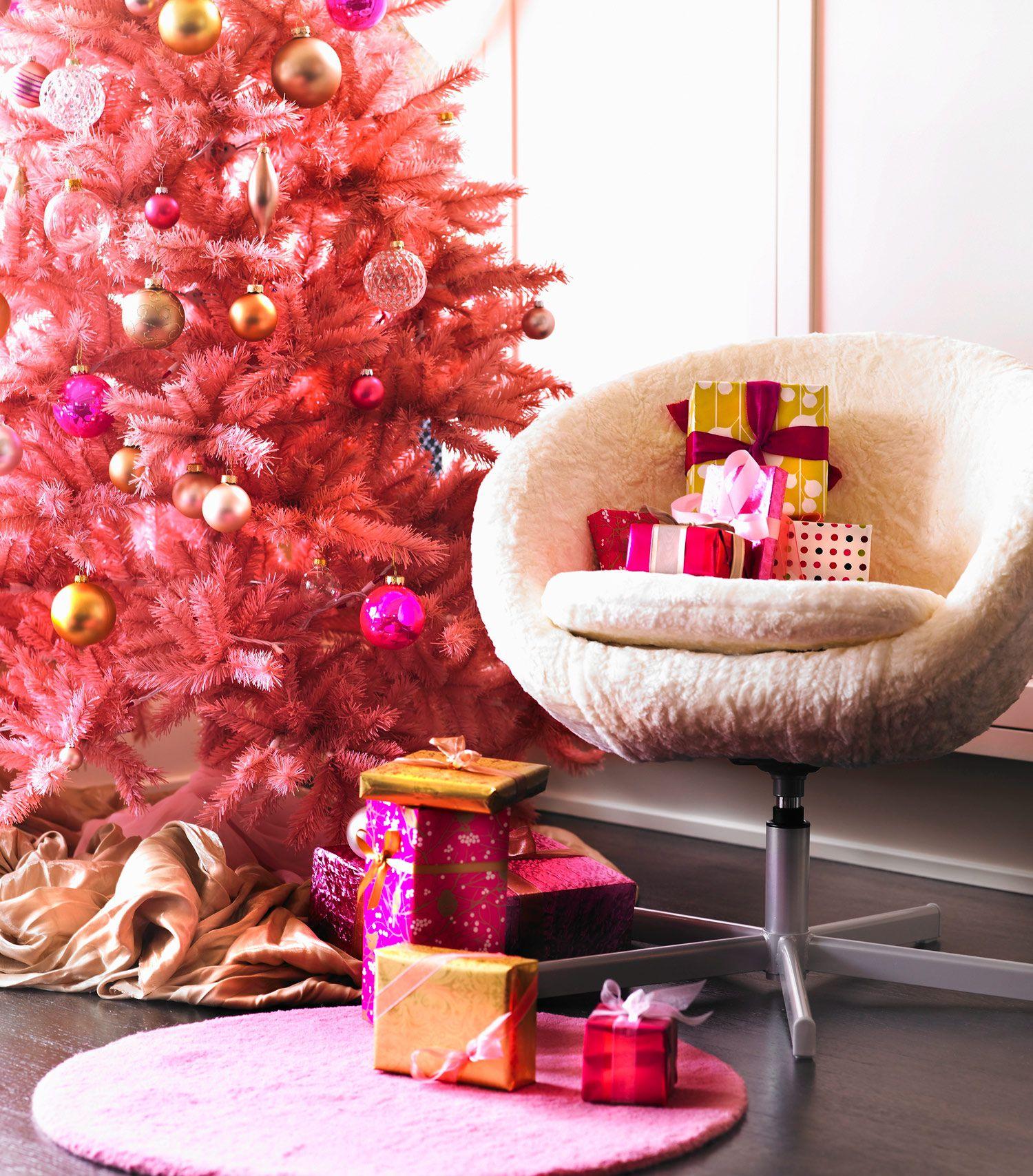 excelentes ideas de árboles de navidad originales en color rosa, decoración navideña en colores neones llamativos