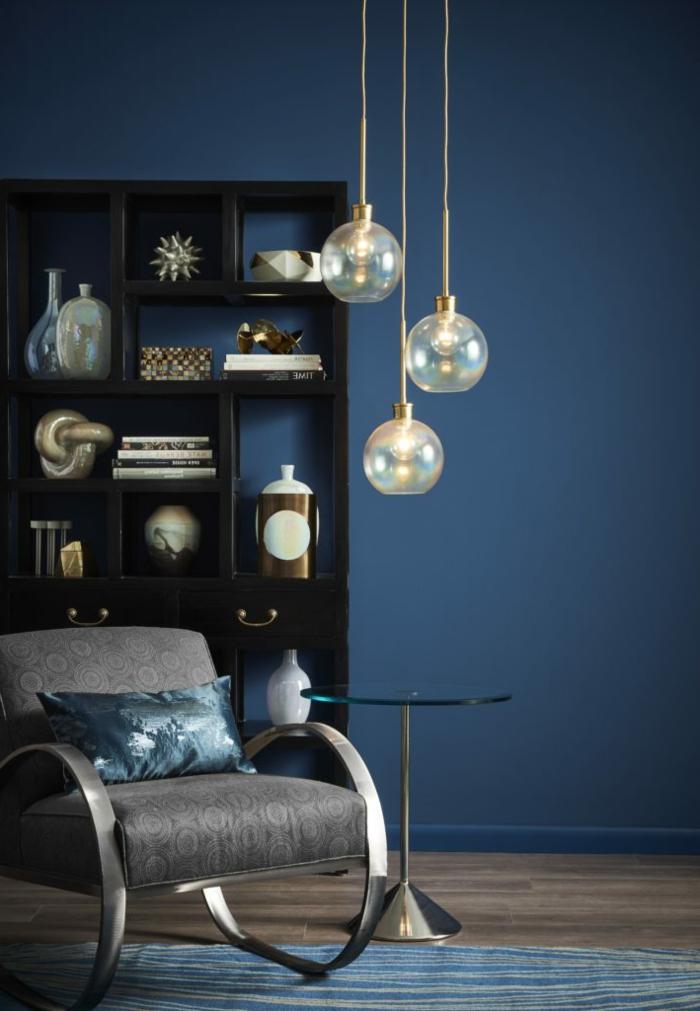 ideas de colores de pintura para salones 2019, pared pintada en azul oscuro, lámparas de diseño, decoración tonos oscuros
