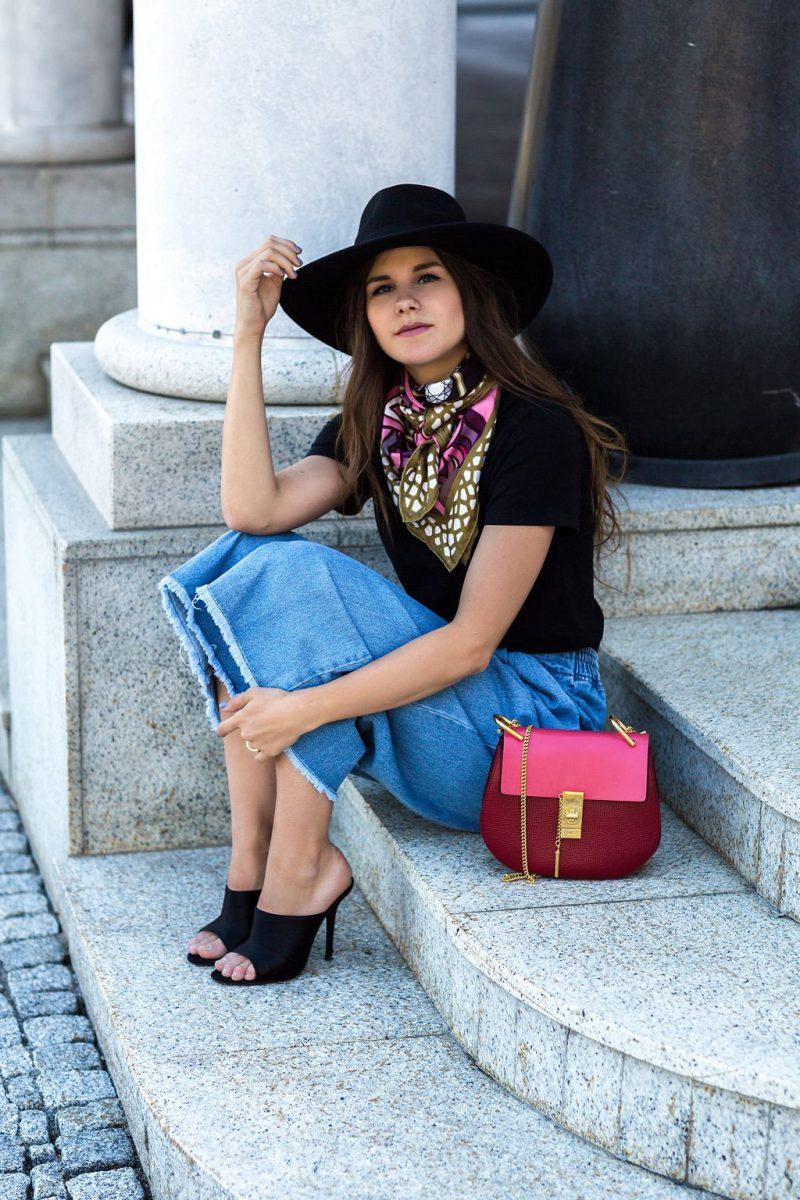 ideas originales sobre como ponerse un pañuelo en el cuello, mujer con vaqueros closh, tacones altos y pañuelo colorido de seda