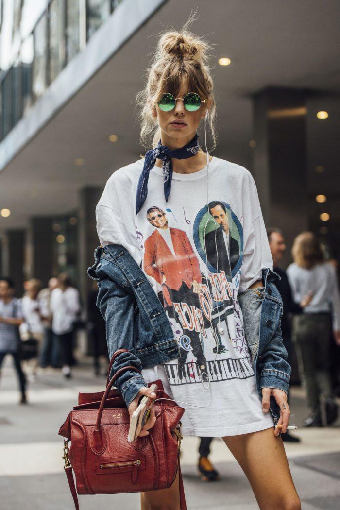 como ponerse un pañuelo de forma moderna, larga blusa estampada, chaqueta de denim vintage, pañuelo en el cuello