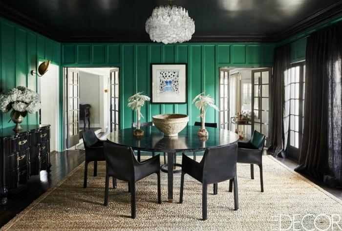 colores de pintura para salones en tendencia en 2019, paredes pintadas en verde intenso, muebles negros