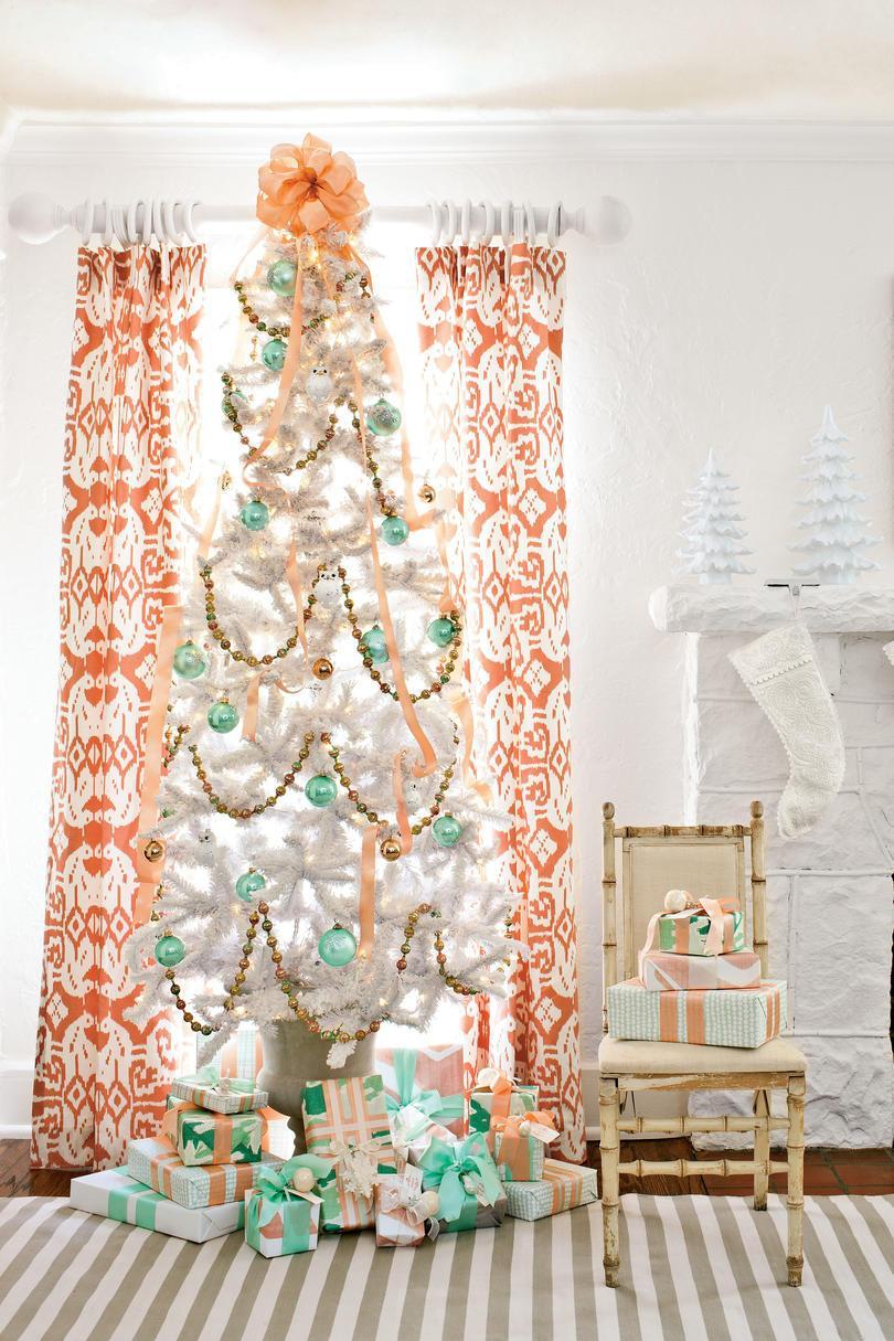 preciosa decoracion navideña en verde menta, naranja y dorado, árbol de navidad artificial con efecto de nevado