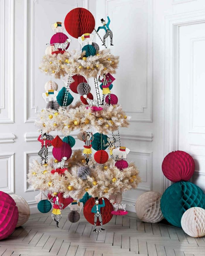 ideas de arboles de navidad originales en fotos, árbol navideño artificial en blanco de forma in usual