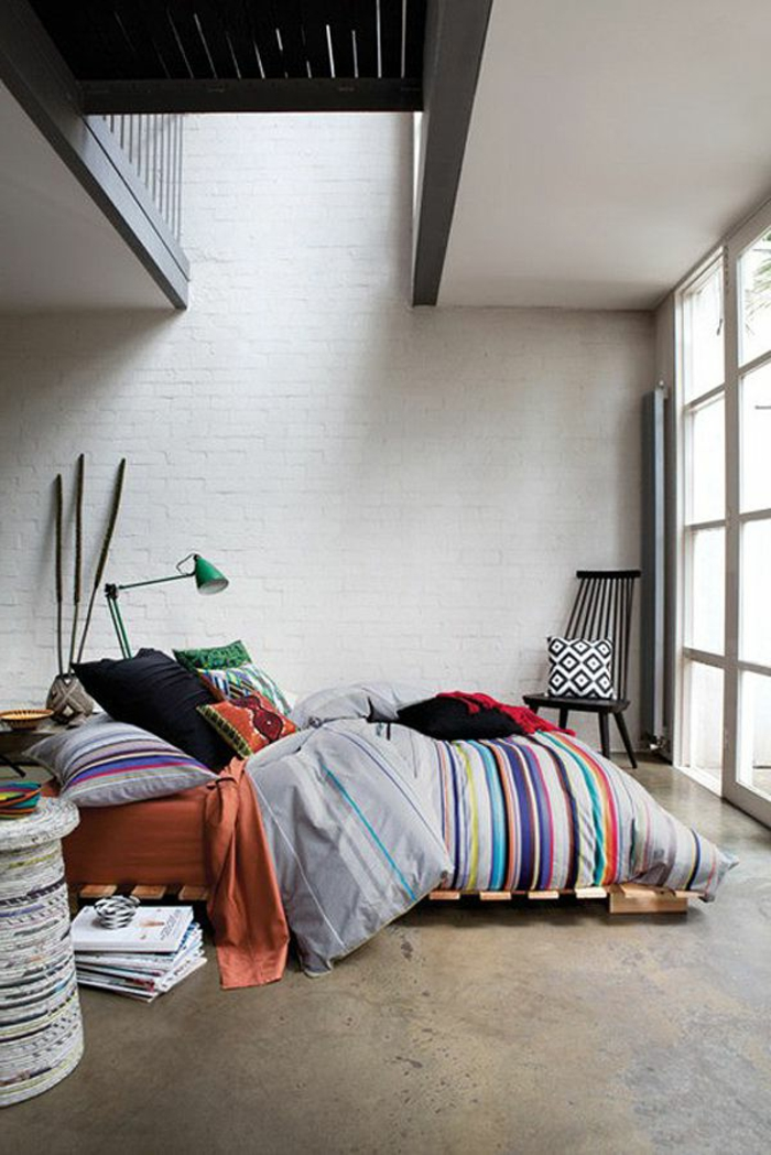 ideas sobre como hacer una cama con palets paso a paso, precioso dormitorio con grandes ventanales y decoración colorida