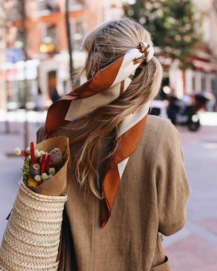 formas de ponerse un pañuelo en el pelo, semirecogido con pañuelo de seda, outfits modernos en beige