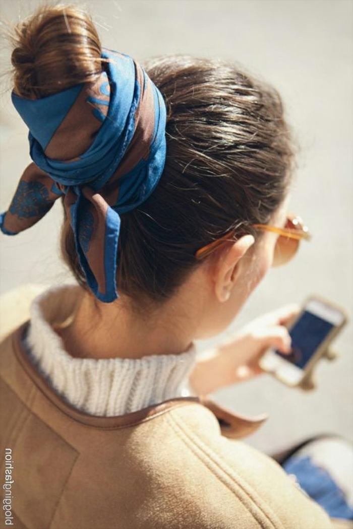 pañuelos en la cabeza originales, moño recogido en un fular en azul y marrón, tendencias mujer 2019