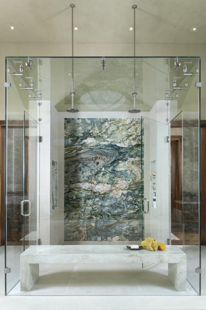 baño de diseño con cabina de ducha moderna, decoración minimalista, banco de mármol y luces empotradas