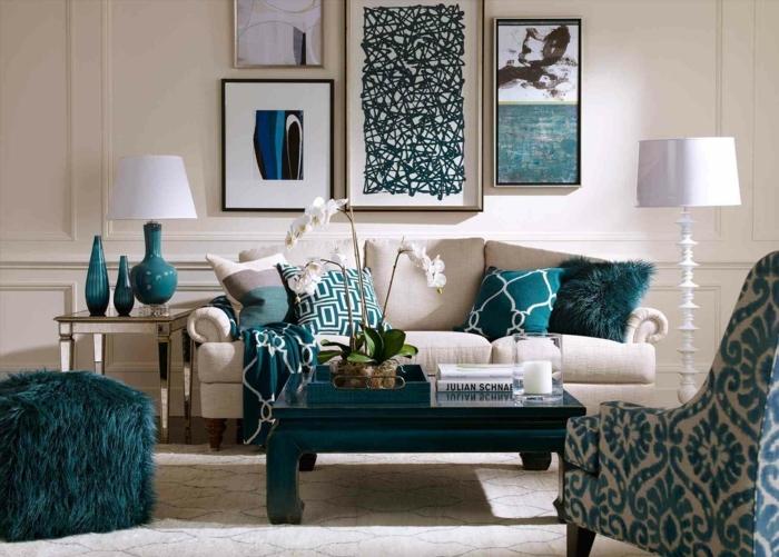 habitación con paredes en color blanco roto, muebles y detalles decorativos en verde intenso