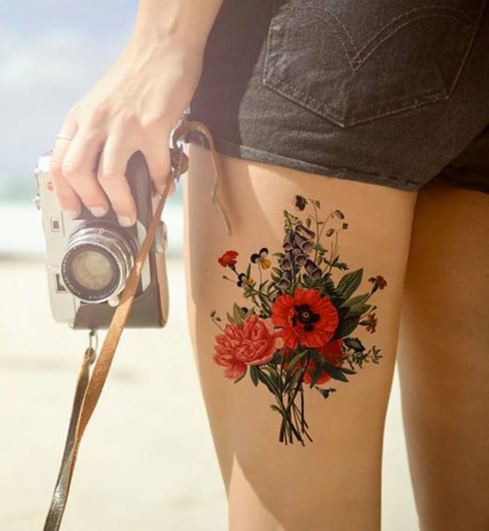 tatuajes vintage mujer con motivos florales, diseños de tattoos en colores intensos, tatuajes en estilo old school