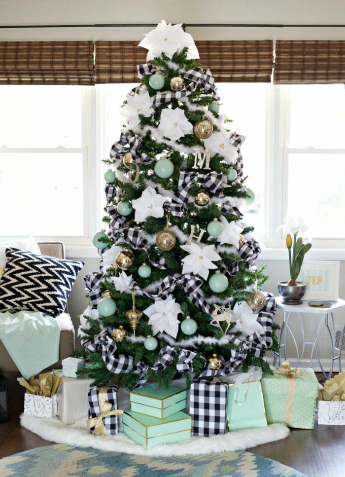 bonitas ideas de arboles de navidad originales, grande árbol artificial en verde con adornos en blanco, verde menta y dorado
