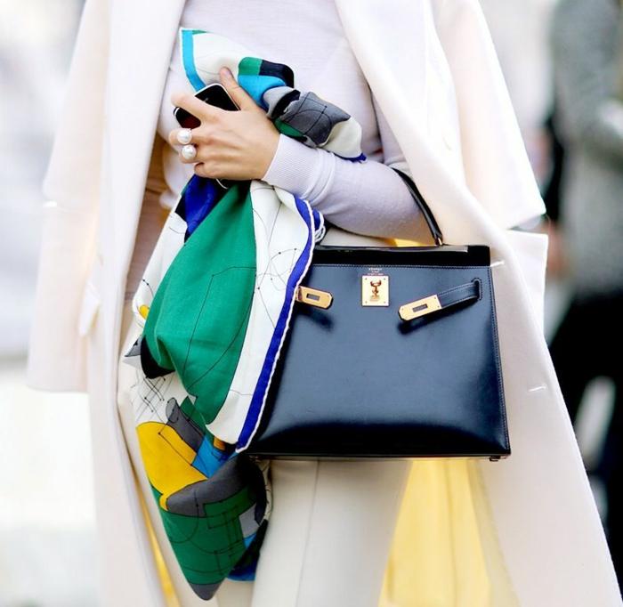 bonitos detalles para un look elegante y moderno, ideas originales sobre formas de ponerse un pañuelo