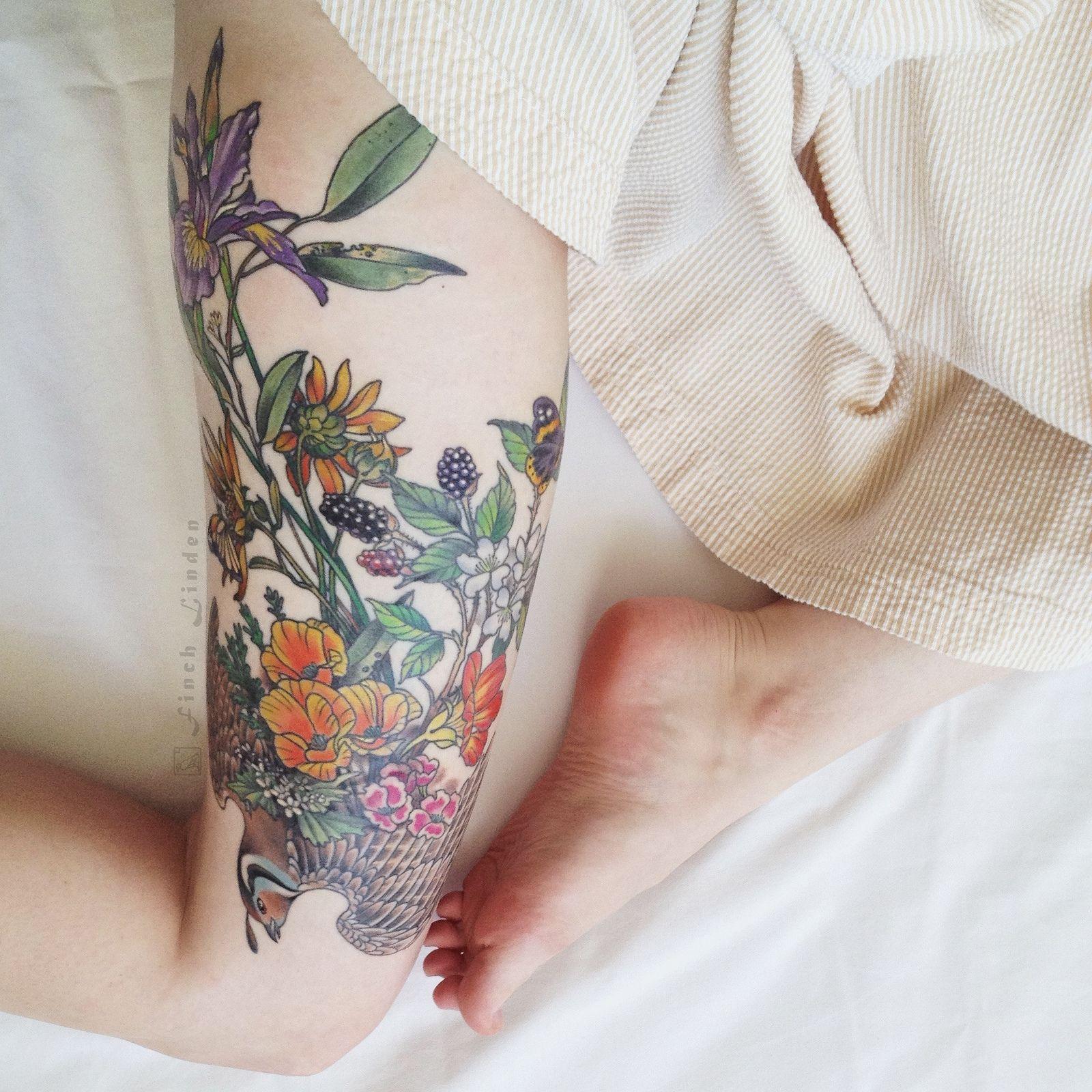 ideas de tatuajes old school para hombres y mujeres, tatuaje con flores en colores intensos en la cadera