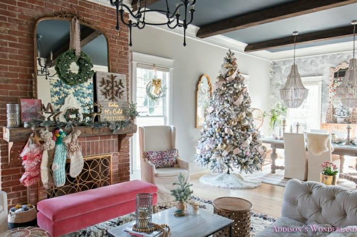 salon decorado con mucho encanto, pared de ladrillo, chimenea de leña, grande espejo vintage, árbol de navidad en colores pastel, arboles de navidad originales