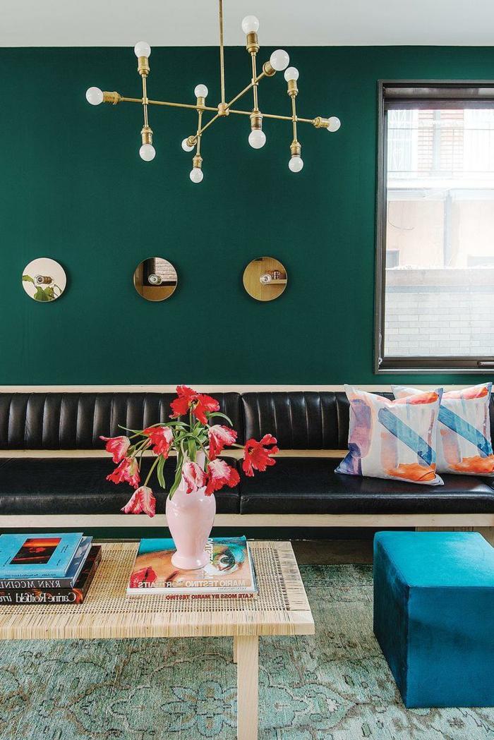ultimas tendencias en decoracion de paredes, pared pintada en verde, tres espejos decorativos, taburete tapizado en terciopelo color azul turquesa
