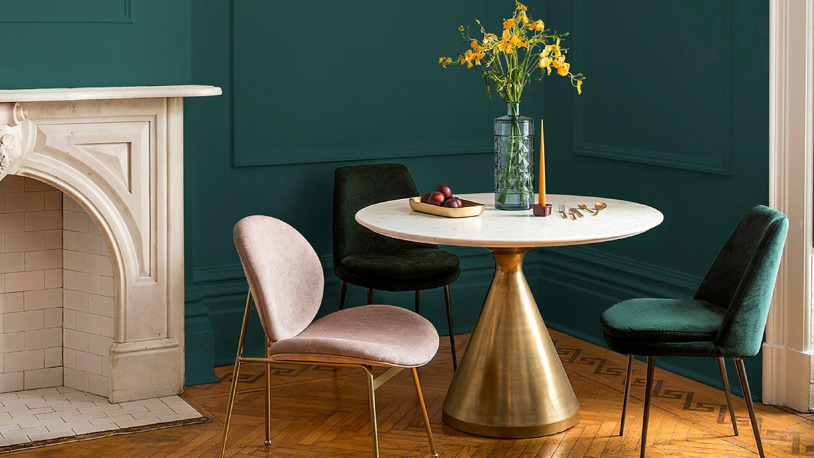 últimas tendencias en diseño de interiores 2018, precioso salón con paredes en verde oscuro y muebles de diseño