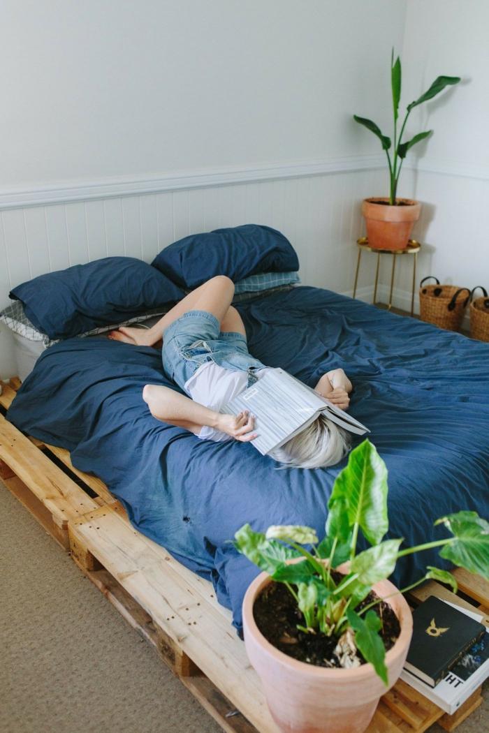 dormitorios decorados con camas con palets, ambiente bonito y relajante con cama DIY, macetas con plantas verdes