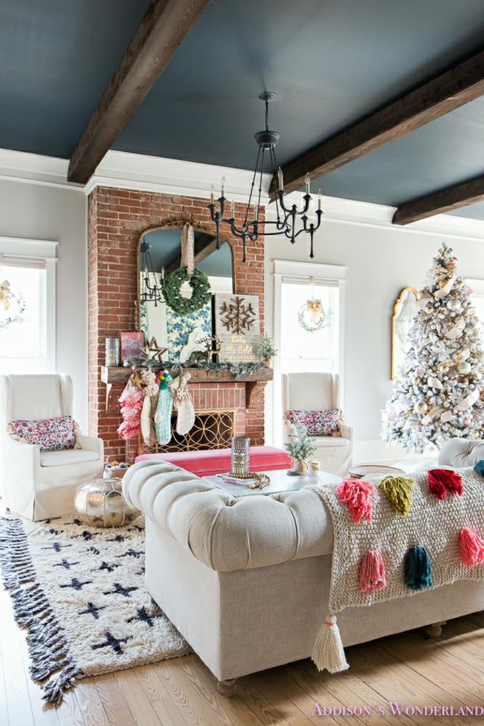 decoración navideña salón decorado en estilo rústico moderno, techo con vigas, pared de ladrillo, ideas de arboles de navidad originales