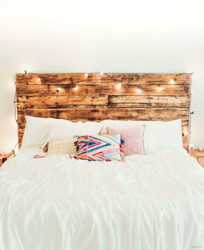 ambientes rústicos modernos, cama con cabecero DIY decorada de guirnalda de luces, ideas de muebles con palets