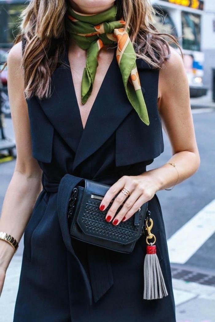 ideas sobre como ponerse un pañuelo en el cuello, vestido negro moderno, pequeño bolso con borla y pañuelo verde