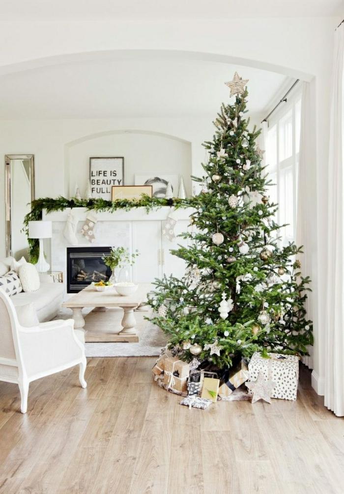 árboles de navidad originales para un salón decorado en estilo escandinavo, suelo de parquet paredes blancas