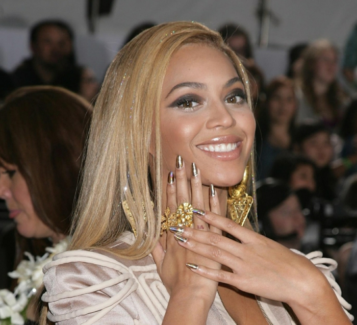 Beyonce con uñas largas pintadas en dorado, uñas de acrilico diseños exclusivos, inspiración de las celebridades