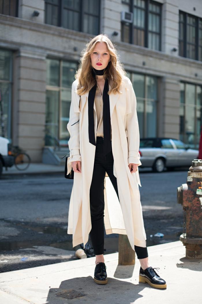 outfit elegante en beige y negro, como ponerse una bufanda negra, tendencias ropa mujer 2019