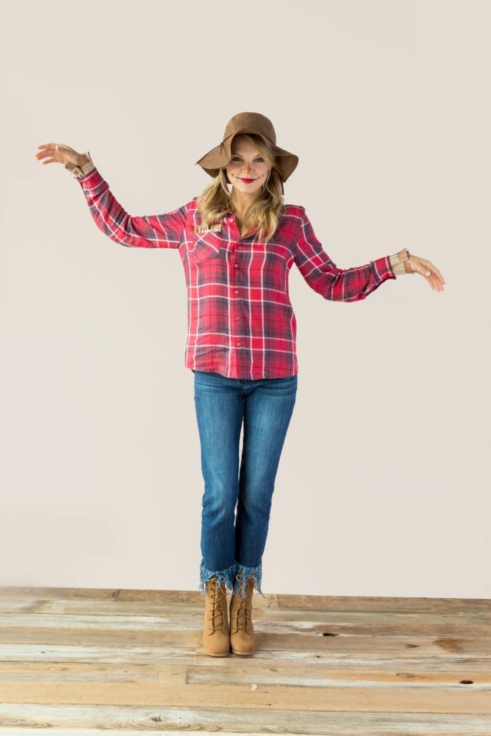 disfraz halloween casero super económico, camisa roja en cuadros, vaqueros azules y botas en tacón alto