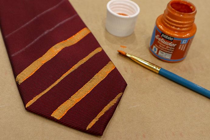 disfraces de halloween caseros para niños, cómo hacer una corbata Griffindor paso a paso