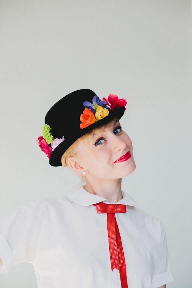 ideas de disfraces improvizados, Mery Poppins, sombrero decorado de flores artificiales, disfraces Halloween DIY