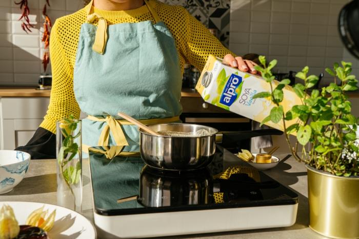 hacer un flan vegano paso a paso, cacerola con leche de soja, agar agar, azúcar de caña, ideas de recetas saludables