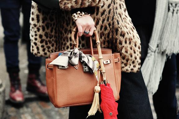 ingeniosas ideas sobre como ponerse un pañuelo en el bolso, abrigo print animal, bolso marrón y pañuelo gris