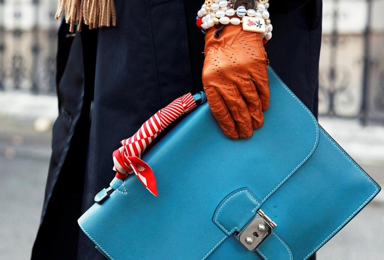 formas de ponerse un pañuelo en el bolso, bolso de diseño en azul turquesa, pañuelo de seda en blanco y rojo